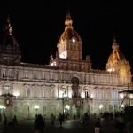 Het gemeentehuis op het plaza Mia Marita is 's avonds prachtig verlicht.