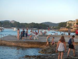 Aanlegsteiger rubberboot en zonbeton lokale bevolking