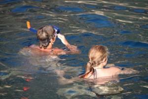 Elice en Marit snorkelen