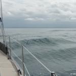 stroom tegen golven mee